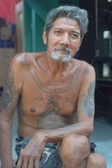 older tattooed man (the foreign photographer - ฝรั่งถ่) Tags: oct22016nikon older tattooed man sitting khlong thanon portraits bangkhen bangkok thailand nikon d3200