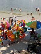 Vem brincar (lucia yunes) Tags: mobilephoto motoz3play mobilephotographie luciayunes praiadaurca riodejaneiro sol mar verão brincadeira brinquedo brincar sun summer beach sea vacation ferias