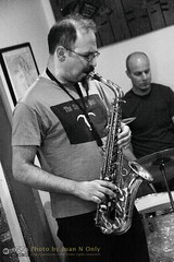 Free Improvisation at Le Petit Zinc [50D-1926GS] (Juan N Only Music Photos) Tags: music jazz freejazz boxdeserter bohemianhomeinexile cafe lepetitzinc detroit michigan grayscale blackwhite monochrome improvisation saxophone altosaxophone drums avantgarde creative experimental may 2010 juannonly blackandwhite musicians