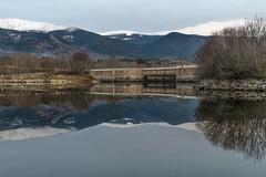 El puente. (Amparo Hervella) Tags: embalsedelpontónalto segovia españa spain paisaje naturaleza puente agua cielo montaña nieve reflejo árbol anochecer largaexposición d7000 nikon nikond7000