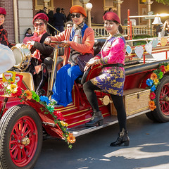 Posing for picture - Disneyland (scroy65) Tags: 2490mmsl anaheim disneyland leica leicasl vacation california unitedstatesofamerica us