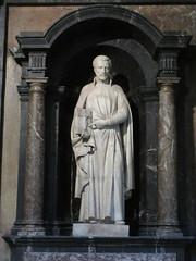 Saint with bible, statue niche, Église Saint-Polycarpe, Lyon, France (Paul McClure DC) Tags: lyon france july2017 auvergnerhônealpes architecture historic church sculpture lacroixrousse
