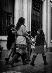 A la fiesta con niños (Fotgrafo-robby25) Tags: byn gente sonyilce7rm3 streetphotography