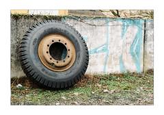 Reifer Reifen - Mature Tire - Pneu Mature (Thomas Listl) Tags: thomaslistl color analog film filmphotography minolta minoltax700 kodak gold kodakgold tire wheel reifenwechsel anonymousvisitor wall