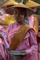 bonzesse au chapeau (Patrick Doreau) Tags: portrait asiatique asian birman myanmar birmanie bagan sourire smile beauté beauty burma bonze bonzesse moine bouddhisme quête aumone argent riz nourriture monk religion rose chapeau