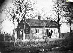tm_11040 (Tidaholms Museum) Tags: svartvit positiv byggnad building exteriör exterior bostadshus trädgård garden stadsgata familj family