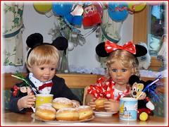 Jetzt gibt's Krapfen !! / Let's eat Berlin doughnuts ! (ursula.valtiner) Tags: puppe doll luis bärbel künstlerpuppe masterpiecedoll fasching carnival faschingsfest carnivalparty krapfen berlindoughnut minniemaus minniemouse mickymaus mickeymouse