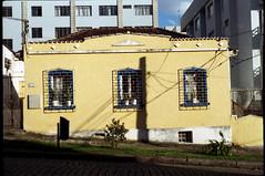 Casa amarela (terencekeller) Tags: exa 1b exa1b domiplan 28 50mm 35mm analog v370 fujicolor fujifilm c200