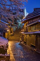 産寧坂2・Sanenzaka (anglo10) Tags: japan 京都府 kyoto 清水 東山 産寧坂 雪 snow 建築物 architecture 夜景 nightscape