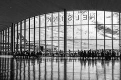Salle d'attente (Lucille-bs) Tags: europe finlande helsinki nb bw monochrome attente terminal bateau salledattente reflet länsiterminaali2 port
