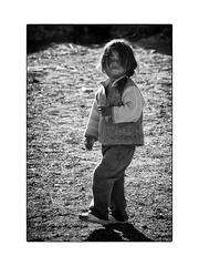 Fillette - Pérou (philippeprovost1) Tags: peru tiquina enfant child monochrome rue