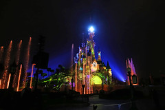 Central Plaza - Disneyland Park (France) (Meteorry) Tags: europe france idf îledefrance seineetmarne marnelavallée disneyland disneylandparis eurodisneysca thewaltdisneycompany waltdisney themepark park parc june 2018 meteorry sleepingbeautycastle châteaudelabelleauboisdormant castle château disneyilluminations projectionmapping fireworks fountains lasers searchlights mistscreeds specialeffects music musique multimedia pyrotechnic spectaclenocturne feuxdartifice champdeprojection