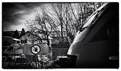 Stop (einfache Fotomomente) Tags: panasonic dmcg81 ƒ130 250 mm 1160 200 warnhinweis schild eisenbahn train railjet warning gefahr keinübergang street öffentlicherverkehr bahn vorsicht stop attention bw sw hinweis