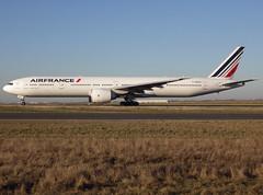 F-GSQU, Boeing 777-328(ER), 32847 / 624, Air France, CDG/LFPG 2019-02-15, taxiway Bravo-Loop. (alaindurandpatrick) Tags: 32847624 fgsqu 777 773 777300 boeing boeing777 boeing777300 jetliners airliners af afr airfrance airlines cdg lfpg parisroissycdg airports aviationphotography