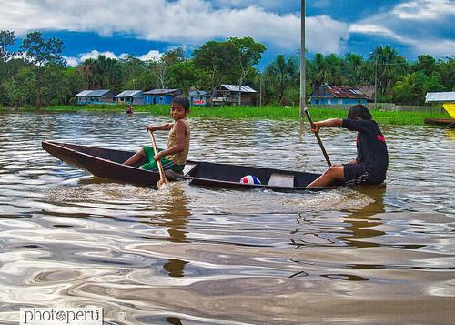 Iquitos niños en bote