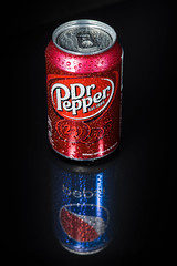 Dr Pepsi (pictopix) Tags: bpc studio canette red rouge dr drpepper can alu reflet reflecting black mirror effet effect flash lumière contraste light coke bubble bulle soda pétillant boisson drink soft sucre sugar