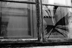Waldviertel Impression (jazzfoto.at) Tags: fenster gebrochenesglas fensterscheibe scherben glasscherben sw bw schwarzweiss blackandwhite blackwhite noirblanc bianconero biancoenero blancoynegro zwartwit pretoebranco sonyrx100m3 rx100m3 rx100miii sonyrx100iii sonydscrx100iii dscrx100iii