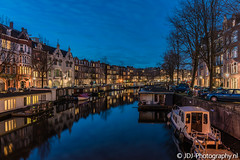 Calm winter evening, part 1; New love (JdJ Photography (www.jdj-photography.nl)) Tags: dacostagracht amsterdamcentrum binnenstad innercity amsterdamcitycenter amsterdam nederland netherlands europa europe avond evening blauweuur bluehour gracht canal boten boats woonboten houseboats grachtenpanden canalhouses appartementen apartments wonen living bomen trees