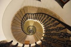 Subiendo y bajando (jantoniojess) Tags: repúblicacheca chequia praga praha staircase spiral spiralstaircase stairs escaleras escalones escalerahelicoidal escaleradecaracol nikond5200 perspectiva perspective geometría geometry architecture arquitectura vértigo