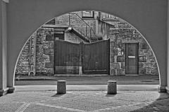 Vision sénatoriale (Tonton Gilles) Tags: alençon normandie hdr noir et blanc rue de la sénatorerie demilune arc cercle plots porte portail mur paysage urbain