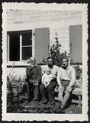 AlbumC206 Beim Urgroßvater, 1951 (Hans-Michael Tappen) Tags: archivhansmichaeltappen albumc 19301950er urgrosvater kleinkind fensterladen fenster barfus barefoot sitzbank outdoor fotorahmen 1951 bart bartträger