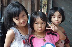 sisters (the foreign photographer - ฝรั่งถ่) Tags: three sisters girls children khlong lard phrao portraits bangkhen bangkok thailand sony rx100