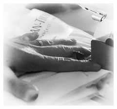les doigts de la couturière (jemazzia) Tags: intérieur interior inside innen dentro binnen monochrome noiretblanc blackandwhite biancoenero enblancoynegro pretoebranco zwartenwit schwarzundweib doigts fingers vingers dedos dita finger