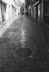 Por una calle de Madrid (eb23ivn) Tags: calle urbana street callejera fotografíaurbana fotografíacallejera streetphotography madrid desenfoque gente personas analógica fotografíaanalógica ciudad paisajeurbano