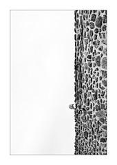 Attaque en piqué. (Scubaba) Tags: europe france pasdecalais noirblanc noiretblanc blackwhite bw monochrome mur wall tête head