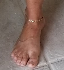 I asked this gorgeous GILF If i could take a pic of her anklet and she said sure!!!! (Live2sucktoes) Tags: gilf feet sexy toes anklet legs incredible milf