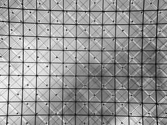Glass roofing (ANBerlin) Tags: quadrat square städtisch urban stadt city ausergewöhnlich extraordinary sehenswürdigkeit pointofinterest pov symmetrie symmetry bauwerk building struktur structure abstrakt abstract architektur architecture rahmen frames linien lines innen indoor inside spiegelung reflexion reflection stahl steel wolken clouds himmel sky heaven glas glass dach roof museum deutscheshistorischesmuseum dhm unterdenlinden einfarbig monochrome biancoenero noiretblanc schwarzweis blackwhite sw bw deutschland germany berlin mitte anb030 shotoniphone iphotography iphonography 8plus iphone8 iphone apple