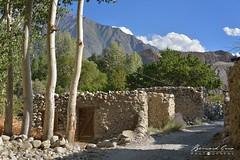 Etables le long du chemin du village de Passu © Bernard Grua (Photos de voyages, d'expéditions et de reportages) Tags: passucones glacier karakoram montagne hunza gojal bernardgrua passu gilgitbaltistan pakistan