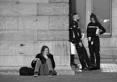 Listen To What The Man Said (Photographer : Hans Stellingwerf) Tags: amsterdam stationsplein centralstationsquare straatfotografie streetphotography street nederland netherlands holland mensen people straatmoment