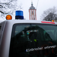 Vorsicht: Einbrecher sind unterwegs! (...und sie nutzen anscheinend ehemalige Polizeifahrzeuge als Tourbus!) (Werner Schnell Images (2.stream)) Tags: ws einbrecher unterwegs tour siegen polizei blaulicht