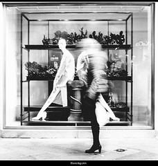 confronti (magicoda) Tags: italia italy magicoda foto fotografia venezia venice veneto maggidavide davidemaggi passione passion isola island luce light emozione streetlight emotion longexposure candid voyeur mosso movement blur persone people camminare walk walking ombre shadow x100 x100t fuji fujifilm mirrorless woman women corsa run veloce fast faster barefoot panning bianco nero black white bn bw mono monochrome 2019 coppia couple celeritas rialto negozio shop maxmara stivali