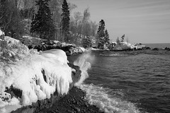 Temperance River 20190104-_DSC1187 (Prairieworks Pictures) Tags: lakesuperior northshore stateparks temeranceriverstatepark snow winter lake waves shore trees blackandwhite bw monochrome sony aomnyalpha a7r3 a7riii zeiss loxia loxia24385