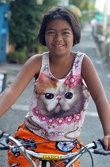 pretty girl with eye catching top (the foreign photographer - ฝรั่งถ่) Tags: gil bicycle kitten shirt top ct khlong lard phrao portraits bangkhen bangkok thailand nikon d3200