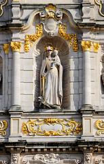 3957  Detail  der Universitätsbibliothek in der Stadt Löwen/Leuven; wehrhafte Maria mit vergoldeten Schwert die einen Greif / Drachen zu ihren Füßen bezwungen hat, dabei hält sie das Christkind auf dem Arm. (stadt + land) Tags: wehrhafte maria vergoldetes schwert greif drachen fus füsen bezwungen hält jesus jesuskind christkind auf arm gebäude universitätsbibliothek belgische stadt löwenleuven historische wieder aufbau bilder stadtportrait stadtfotografie stadtfotograf christophbellin impressionen fotos stadtrundgang sehenswürdigkeiten löwen belgien flandern
