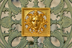 Golden face (Thomas Roland) Tags: palazzo reale di torino face ansigt gold golden fence hegn europe travel efterår autumn herbst 2018 nikon d7000 europa city by turin tourists tourism tourist italy italia italien rejse building bygning palace kongeslot slot schloss savoy royal king konge