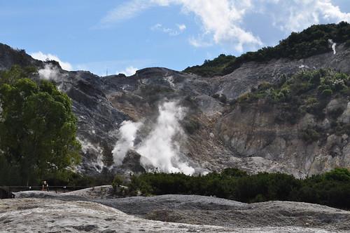 Soufre et fumerolles, cratère du volcan, la Solfatara, Pouzzoles, Campanie, Italie.