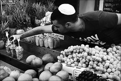 taste and sounds (bostankorkulugu) Tags: shukhacarmel carmelmarket telaviv man seller bazaar hacarmel israel market food kippah fruits mango date starfruit dragonfruit fork