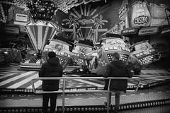 OKSF 275 (Oliver Klas) Tags: okfotografien oliver klas street streetfotografie streetphotography strassenfotografie streetart streetphotographer streetphoto stadtleben streetlife streetculture urban schwarzweis schwarzweissfotografie blackandwhite monochrom farblos abstrakt dunkel hell grau schwarz weiss black white sw schwarzweiss personen people menschen persons volk familie angehörige bewohner bevölkerung leute europäer mann frau gesellschaft menschheit mensch völker kunst art künstler kultur deutschland germany stadt city europa deutsch staat westdeutschland ostdeutschland norddeutschland süddeutschland de
