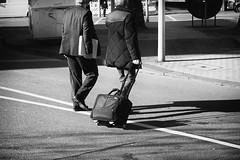OKSF 260 (Oliver Klas) Tags: okfotografien oliver klas kunst art künstler kultur schwarzweis schwarzweissfotografie blackandwhite monochrom farblos abstrakt dunkel hell grau schwarz weiss black white sw schwarzweiss personen people menschen persons volk familie angehörige bewohner bevölkerung leute europäer mann frau gesellschaft menschheit mensch völker deutschland germany stadt city europa deutsch staat westdeutschland ostdeutschland norddeutschland süddeutschland street streetfotografie streetphotography strassenfotografie streetart streetphotographer streetphoto stadtleben streetlife streetculture urban business arbeit angestellter de