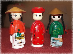 'Threesame' (boeckli) Tags: 011055 rx100m6 smileonsaturday bunt farbig farbenfroh dolls souvenir puppen vietnam threesame photoborder rahmen frame textures texturen texture textur three drei stilllife