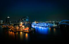 Landungsbrücken, Hafencity (Ni1050) Tags: ninicrew hh ni1050 sony rot blau red blue night nacht a7r2 ilce7rm2 a7rii voigtländer 2019 hamburg langzeitbelichtung voigtlanderheliarhyperwide10mmf56 ww weitwinkel angle ultraweitwinkel ultra landungsbrücken elbe hafencity feuerschiff 30sec longexposuretime