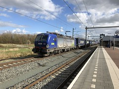 BLS 193 494 te Utrecht Lunetten 18 maart 2019 (Remco van den Bosch 72) Tags: bls 193494 vectron siemens eisenbahn electrischelocomotief eloc elok railway rails railroad railwaystation trein train transport treinspotten trainspotting track spoor station spoorwegen freighttrain goederentrein güterzug goederenwagon cargo cargotrain containertrein containers bahn bahnhof netherlands nederland locomotief locomotive melzoshuttle utrechtlunetten iphone8 hupac