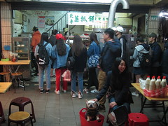 IMG_5891 (kenner116) Tags: 台灣 taiwan 台北 taipei 青島豆漿 qingdaodoujiang 通化夜市 臨江街夜市 tonghua linjiangstreet dog 狗