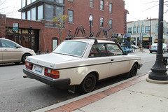 Swede (Flint Foto Factory) Tags: chicago illinois urban city autumn fall november 2017 north andersonville neighborhood 1478 wberwynave berwyn clark clarkst intersection 2door volvo 240 swedish import car automobile 1980 1981 1982 1983 1984 1985 iloilo picture framing side profile custom tulip closed sweden worldcars