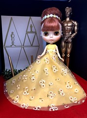 "OSCARS 2019!! Sassy Sarah dresses in a retro daisy nod to her nominated movie, ""Summer of '69"" sarahshades in gown by Painterslife. (Painters Life) Tags: 60s retro redhead batiste yellow daisy oscars2019 takara blythe sarahshades"