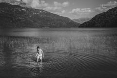 Niño en Lago Falkner, Neuquén (matiasrquiroga) Tags: lake lago falkner bariloche neuquen patagonia argentina latinoamerica travel water mountains agua montañas kid niño